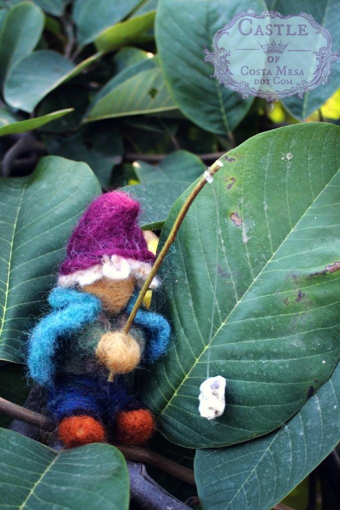 131105 Gisela's gnome fishing on the cherimoya tree