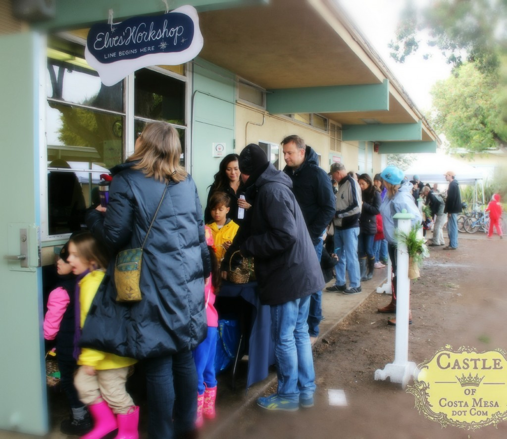 131207 The long line queue waiting to enter Elves Workshop