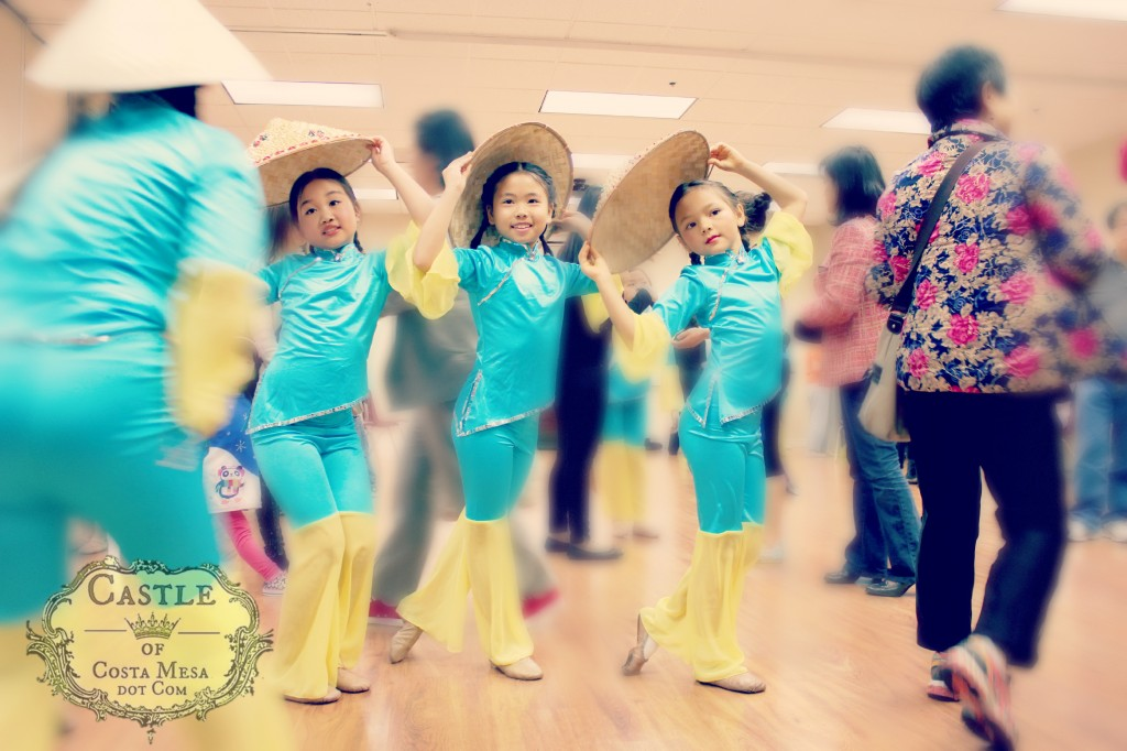 140201 3 dancers Nunu Ania and girl s curves posing in the hubbub crowds backstage with rice planters straw hat