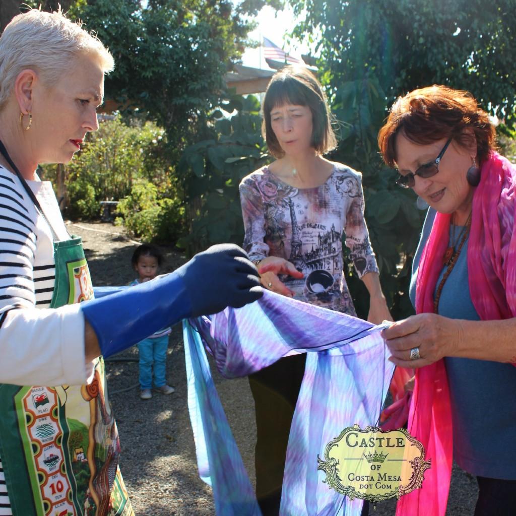 140114 Rachel, Jenine and Gisela admiring Rachel's arashi shibori silk scarf