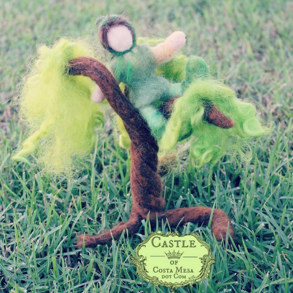 180818 Felt Elf climbing on green felt tree.