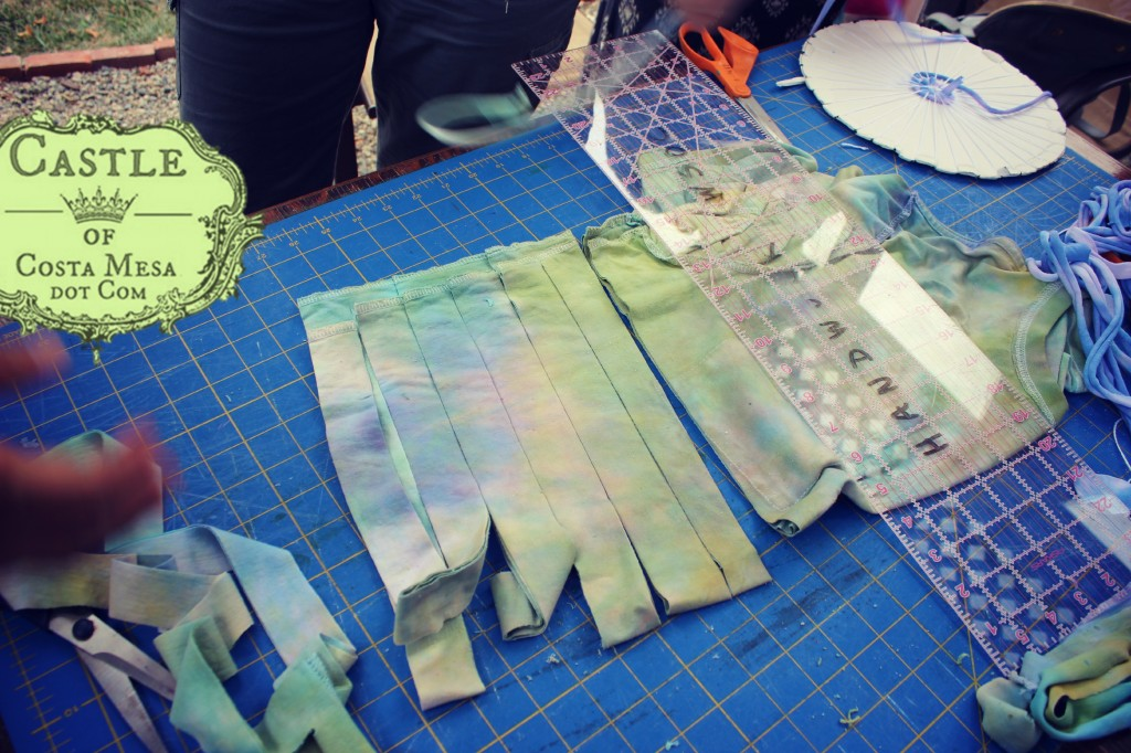 140908 Cutting T-shirt into strips to make T-shirt yarn 2
