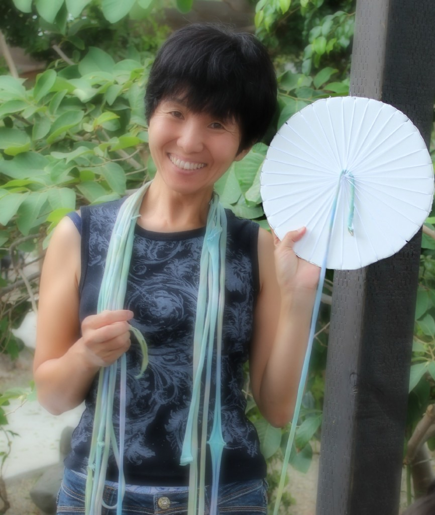 140908 Kotomi showing anchored handmade woven recycled T-shirt yarn on template for making placemat  1