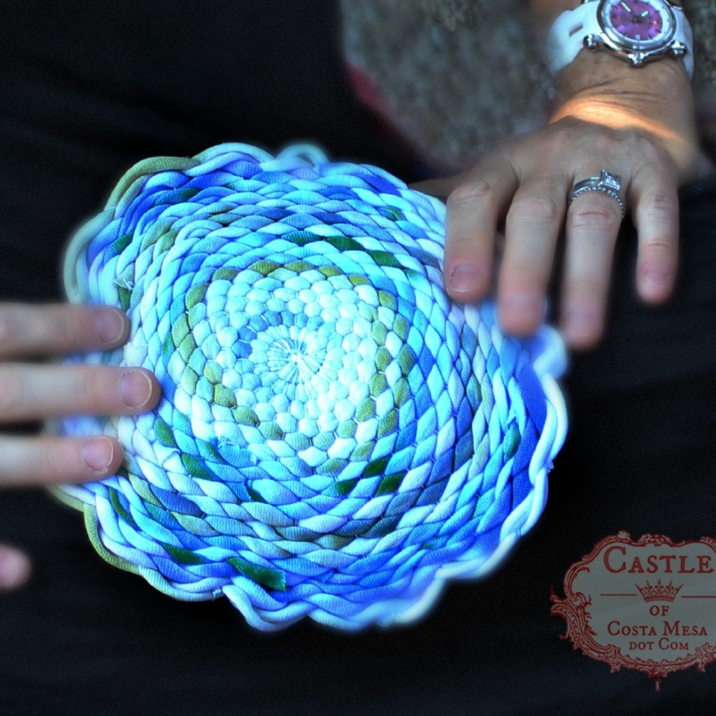 140915 Jennifer's woven T-shirt yarn place mat with scalloped flowery edges 2