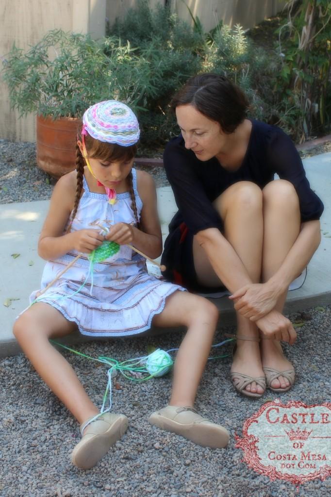 140915 Mother watching child knitting a small T-shirt yarn bag 2
