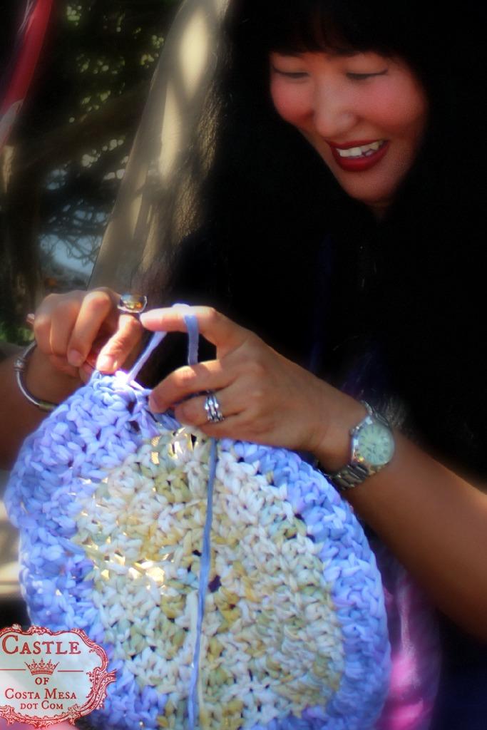 140922 Cathrine crocheting rug with handmade recycled T-shirt yarn 2