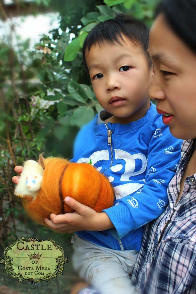 141020 Sophie and Lucas with pumpkin mouse 2