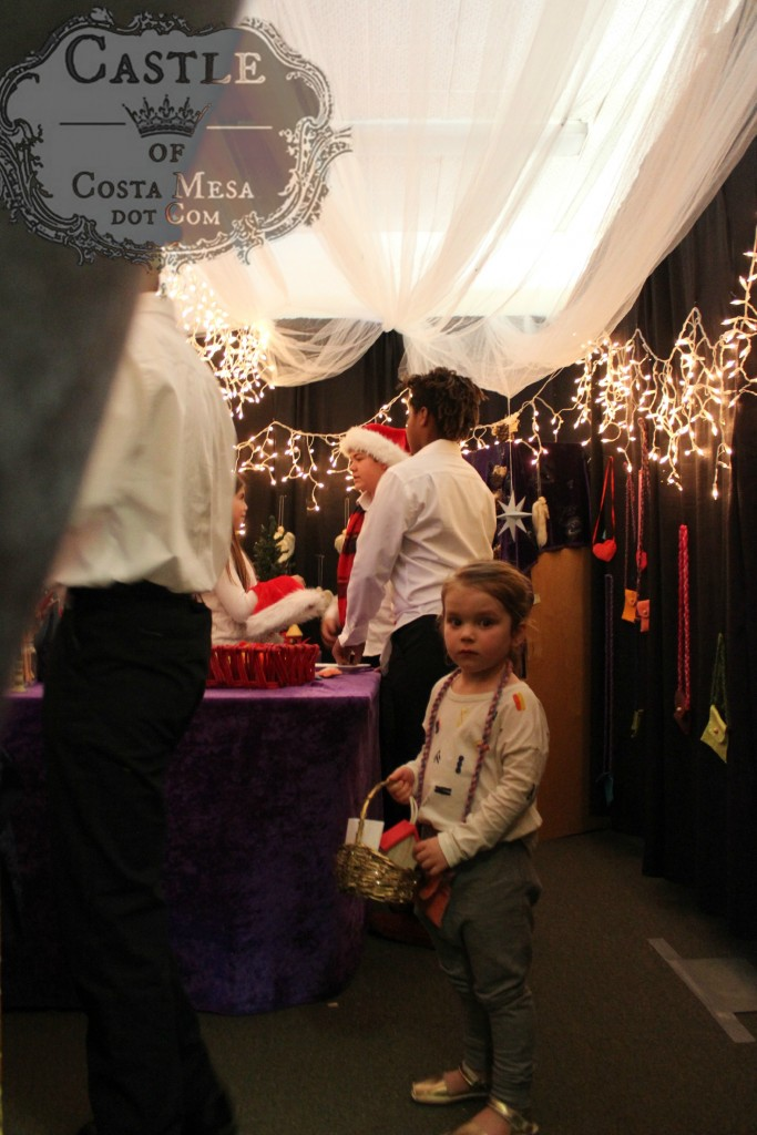 4428 151205 Little child shopping for gifts at Elves Workshop
